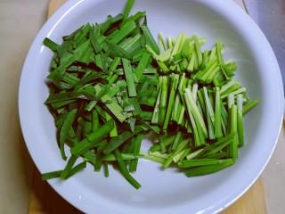 韭菜炒虾仁,韭菜择洗干净 切寸段 根部和叶子部分分开