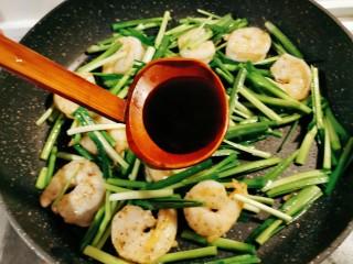 韭菜炒虾仁,放入蚝油