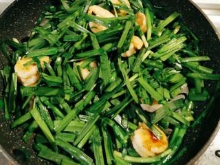 韭菜炒虾仁,放入韭菜叶部分