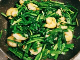 韭菜炒虾仁,翻拌均匀