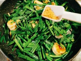 韭菜炒虾仁,放入鸡粉增香