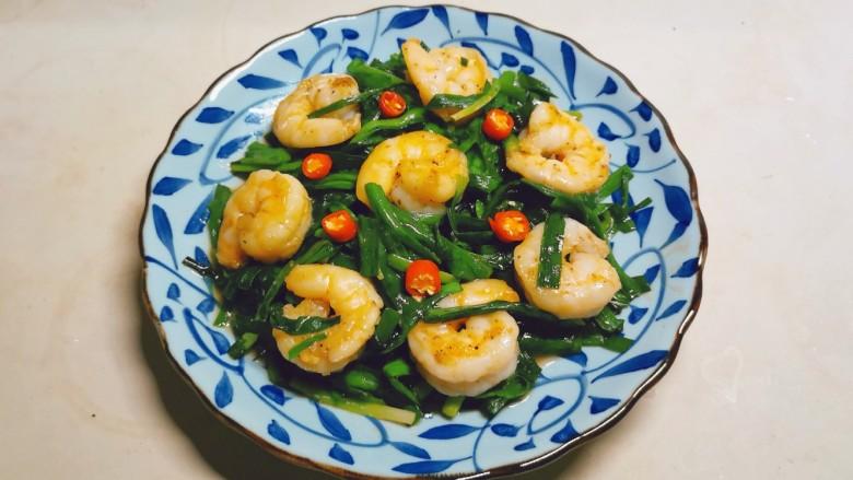 韭菜炒虾仁,出锅摆盘