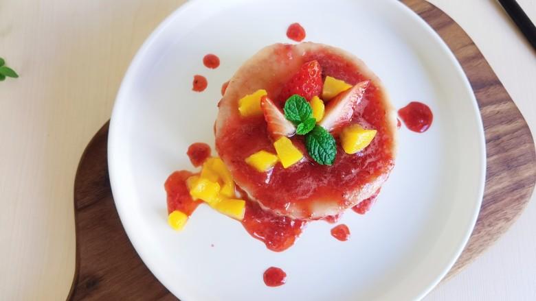 草莓山药,上面再用水果装饰一下。山药泥软糯润滑,与酸酸甜甜的草莓酱结合,真的好吃。