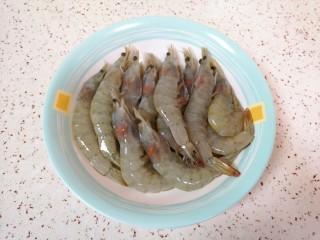麻辣干锅虾,先剪去虾枪虾须。