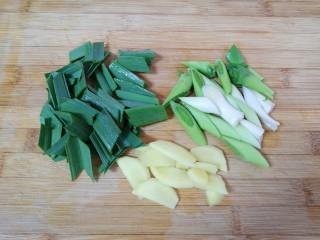 麻辣干锅虾,蒜苗叶子和茎部分开切成段,生姜切成片。