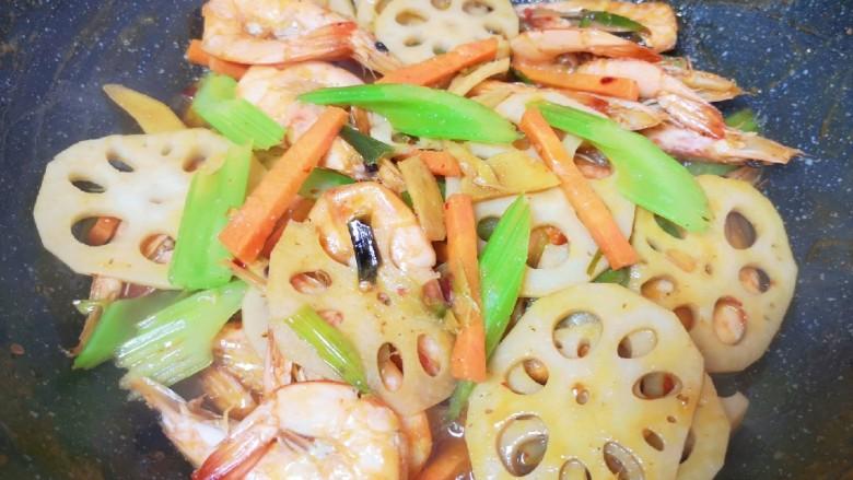 麻辣干锅虾,下入芹菜和胡萝卜翻炒至断生,汤汁基本上收干。