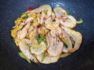 麻辣干锅虾,下入腌好的虾大火翻炒至虾变色。