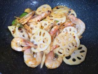 麻辣干锅虾,下入藕片翻炒均匀。