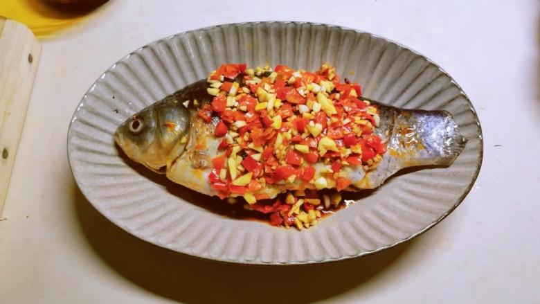 剁椒鲫鱼,将煎好的鱼放到葱片上面 淋上调好的剁椒料汁
