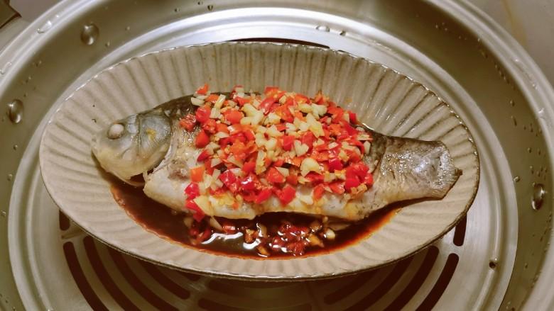 剁椒鲫鱼,放入蒸锅 水开后蒸制10分钟