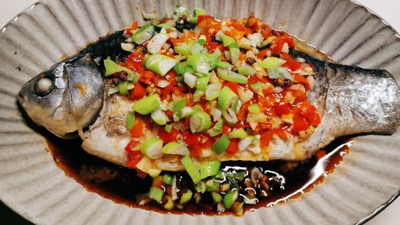 剁椒鲫鱼,热油激发了葱的香味 很香