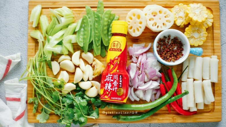 麻辣干锅虾,等待虾腌制的时候来准备其他配菜(图片的这些)洗净切成你想要的样子,备用