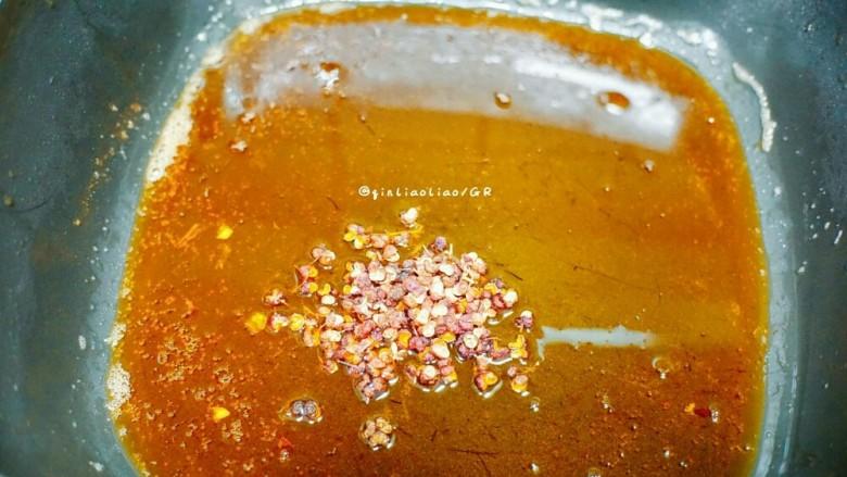 麻辣干锅虾,把多余的油倒出到一个耐高温的碗中,留些底油即可,锅再次中小火加热,放入<a style='color:red;display:inline-block;' href='/shicai/ 700'>花椒</a>爆香  (倒出来的油别浪费了,炸过虾的,留着炒饭特别香)