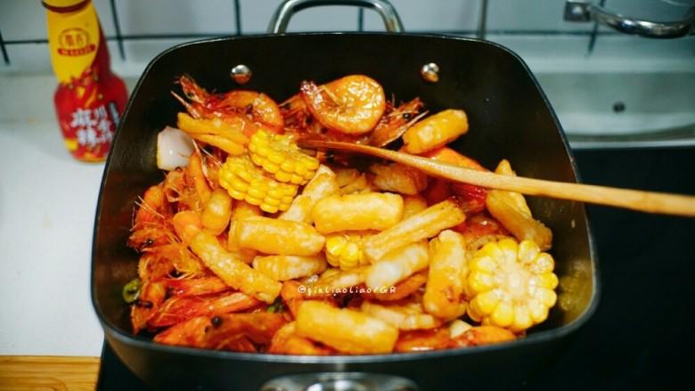 麻辣干锅虾,放入玉米,年糕,莲藕