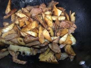 春筍炒肉,小火燜至5分鐘,至水分干