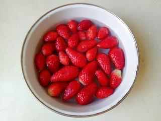草莓山藥,草莓去根部,沖洗一下,然后放入淡鹽水中浸泡一會