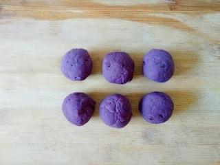 草莓山藥,紫薯泥均勻分成6份