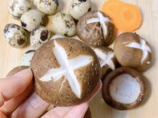 香菇素鮑魚,背上劃出十字花紋,這樣方便香菇入味喲!