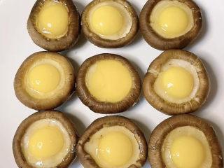 香菇素鮑魚,鵪鶉蛋敲入香菇帽上。