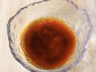 香菇素鮑魚,調料汁:生抽,老抽,蠔油加水調勻備用。