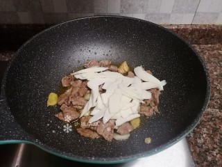 萵筍炒牛肉,放入山藥翻炒片刻。