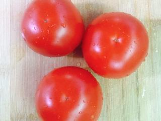 番茄炒牛肉,番茄洗干净