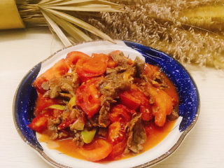 番茄炒牛肉,装入盘中