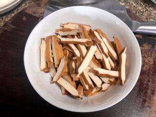 蒜苗炒香干➕,香干切约3毫米厚的段