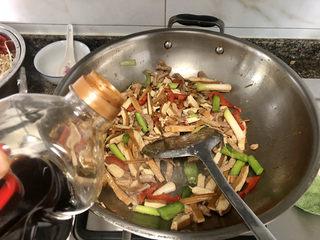 蒜苗炒香干➕,加一汤匙生抽,翻炒均匀