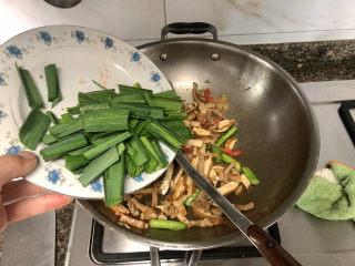 蒜苗炒香干➕,加入蒜叶,大火翻炒均匀
