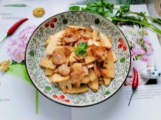 春笋炒肉,装盘拍上成品图,一道美味又营养的春笋炒肉就完成了。