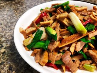 蒜苗炒香干➕,这道小菜,做法简单,香干柔肉丝嫩,咸鲜味美,很适合家庭食用。喜欢的宝宝们快来试试吧😄