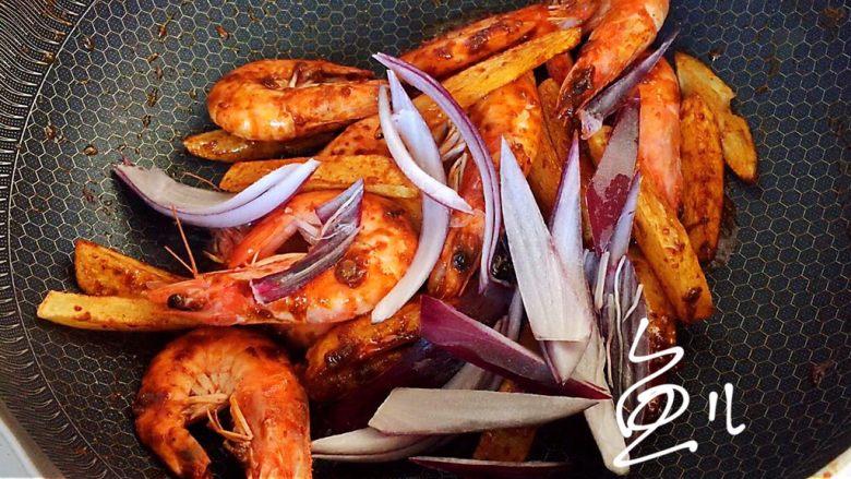 麻辣干锅虾,翻炒均匀后倒入紫洋葱块
