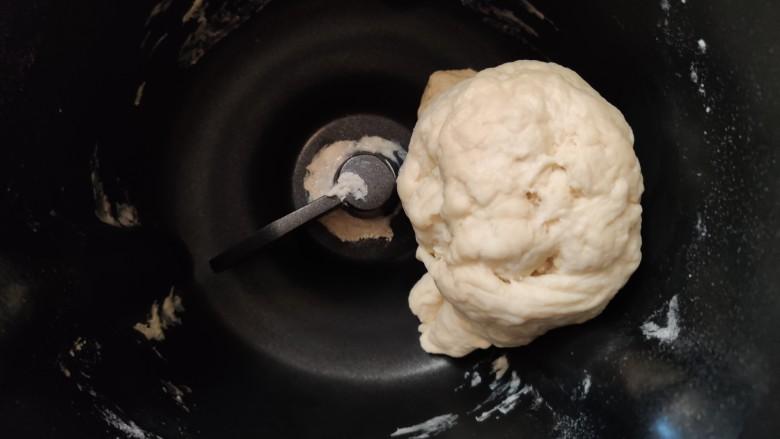 超级柔软的北海道土司(中种法),面团会逐渐成型,把盆边的粉用铲子刮进面团,继续揉,揉到面盆干净,面团光滑。