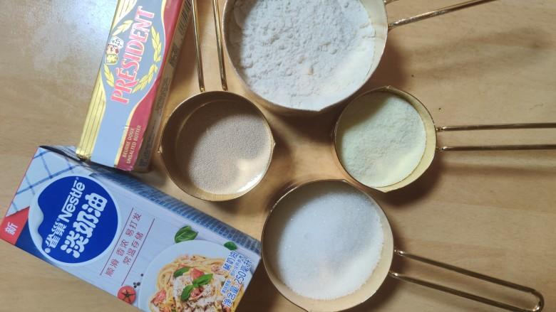 超级柔软的北海道土司(中种法),准备主面团材料,称量好材料。
