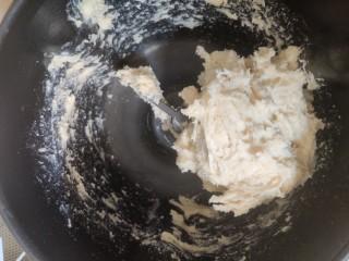 超级柔软的北海道土司(中种法),开启揉面模式,开始面团会比较粘,要不断把沾在面盆的面刮到面团里去。