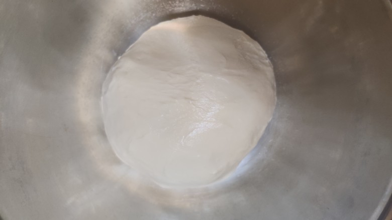 超级柔软的北海道土司(中种法),再揉大概20分钟,面团光滑,可以撑开变成薄膜状,这时候可以取出面团
