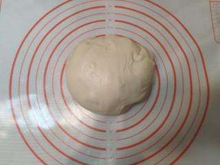 超级柔软的北海道土司(中种法),面团放置在揉面垫板上