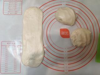 超级柔软的北海道土司(中种法),揉制排气,擀开成长条。