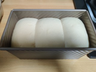 超级柔软的北海道土司(中种法),在35度左右发酵一小时,发酵至八分满,可以取出。预热烤箱20分钟,上下火200度