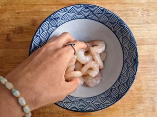 虾仁跑蛋,用手抓匀放置5分钟,(用盐先抓洗一下就可以洗去表面的黏液,这样炒出来的虾仁才会清脆好吃)。