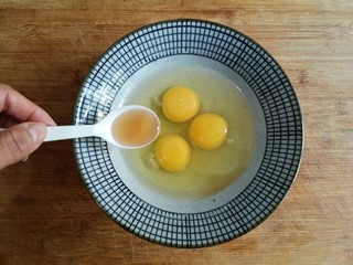 虾仁跑蛋,鸡蛋打入碗中,加入1勺料酒去腥,打散。