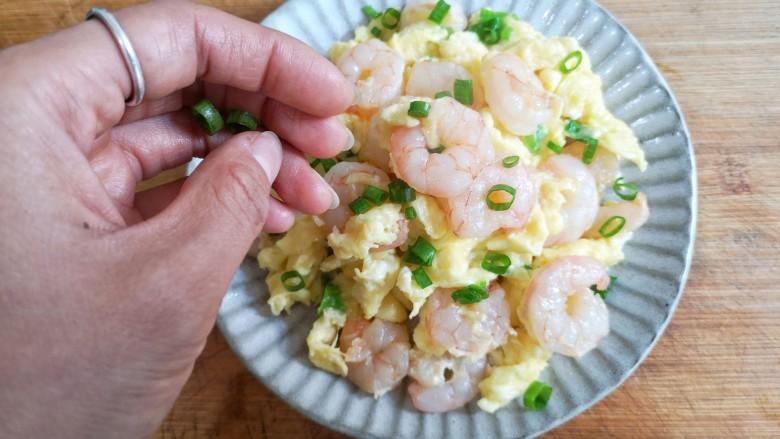 虾仁跑蛋,装盘后撒上剩下的葱花。