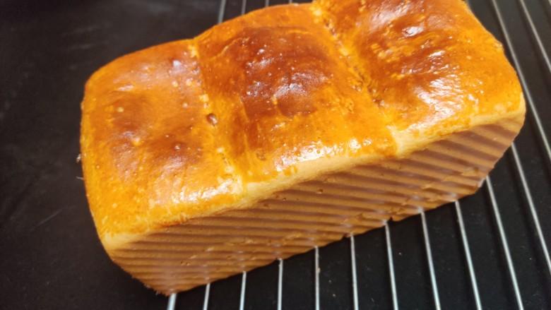 超级柔软的北海道土司(中种法),进烤箱,上下火170度,烤制40分钟,在第十分钟加盖锡纸,避免上色过度。北海道土司就完成啦。