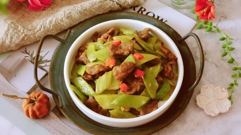 莴笋炒牛肉,出锅装盘