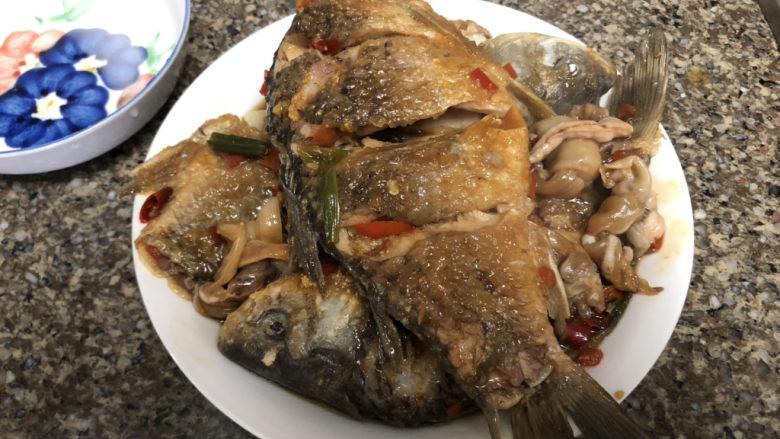 剁椒鲫鱼➕可爱深红爱浅红,把鱼盛出