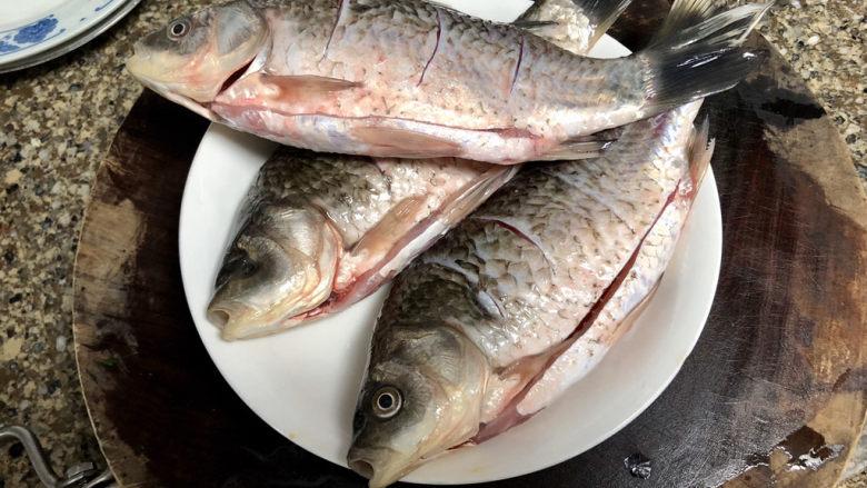 剁椒鲫鱼➕可爱深红爱浅红,清洗后,去除肚子里黑膜,鱼身两面划花刀