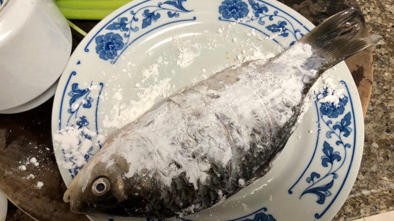 剁椒鲫鱼➕可爱深红爱浅红,鱼腌制后,表面拍生粉