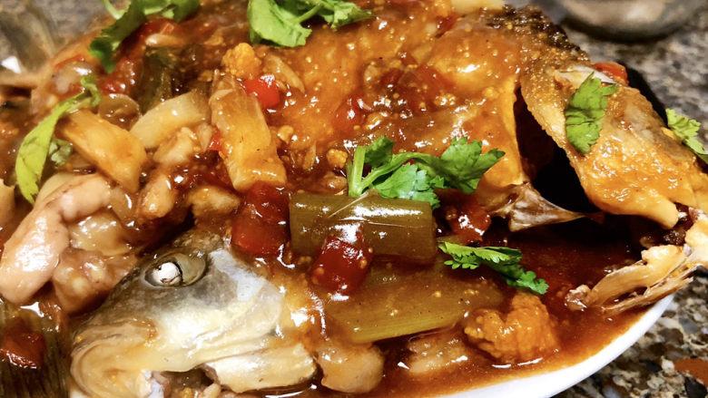 剁椒鲫鱼➕可爱深红爱浅红,这道剁椒鲫鱼,做法简单,鱼肉细嫩,香辣咸鲜,真是太好吃了😋。喜欢的小伙伴们,快来试试吧