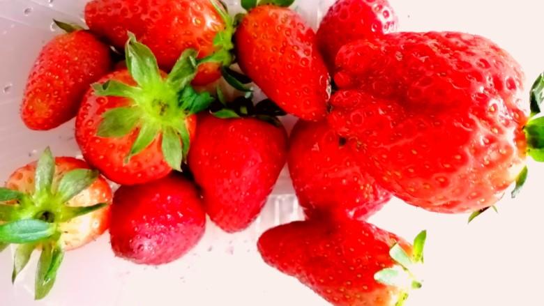 草莓山药,用清水洗净。